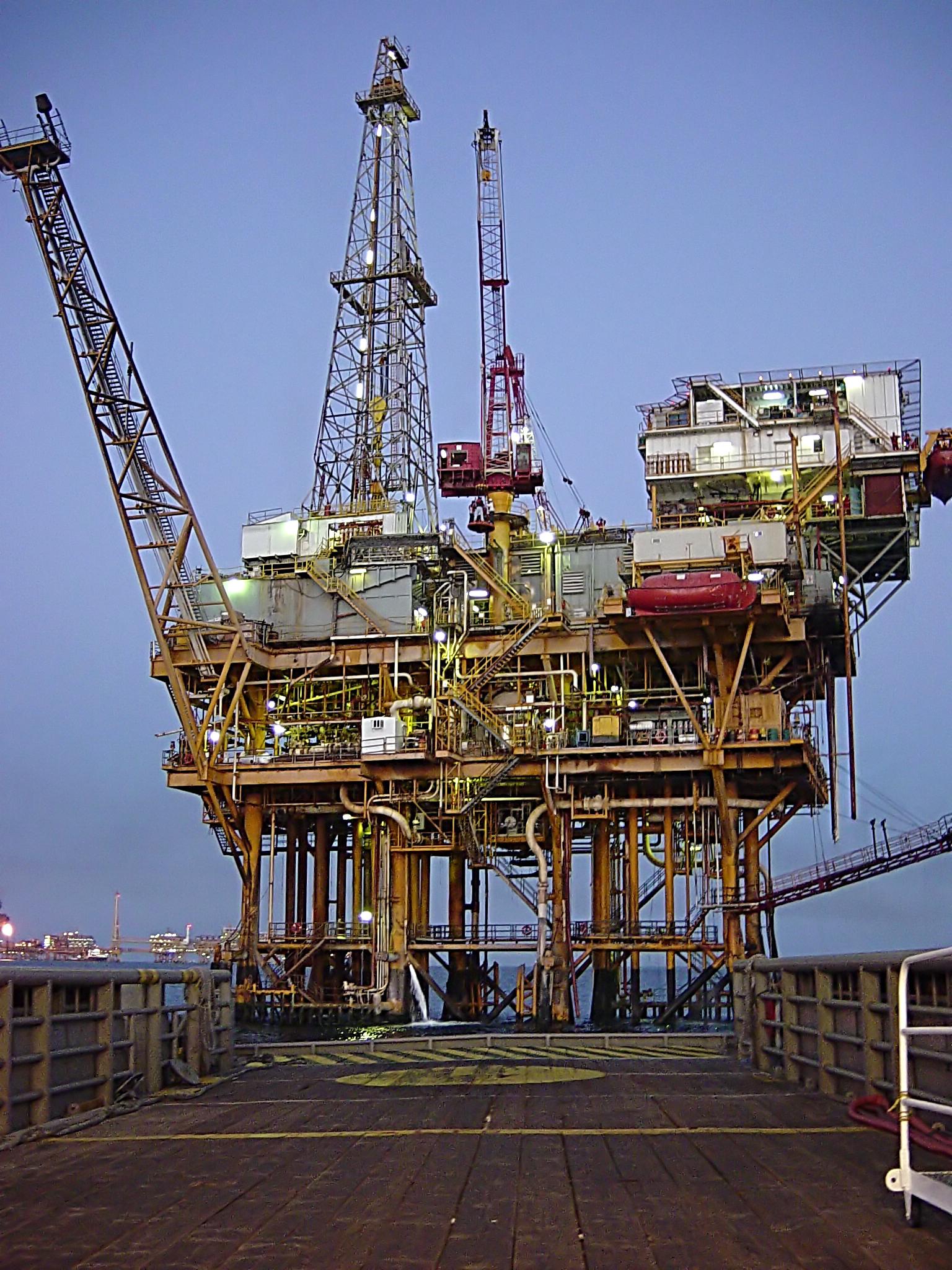 Ropa zlevňuje, zlevní i elektřina a plyn?