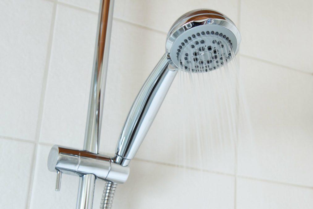 Sprchová hlavice pomůže šetřit vodou.
