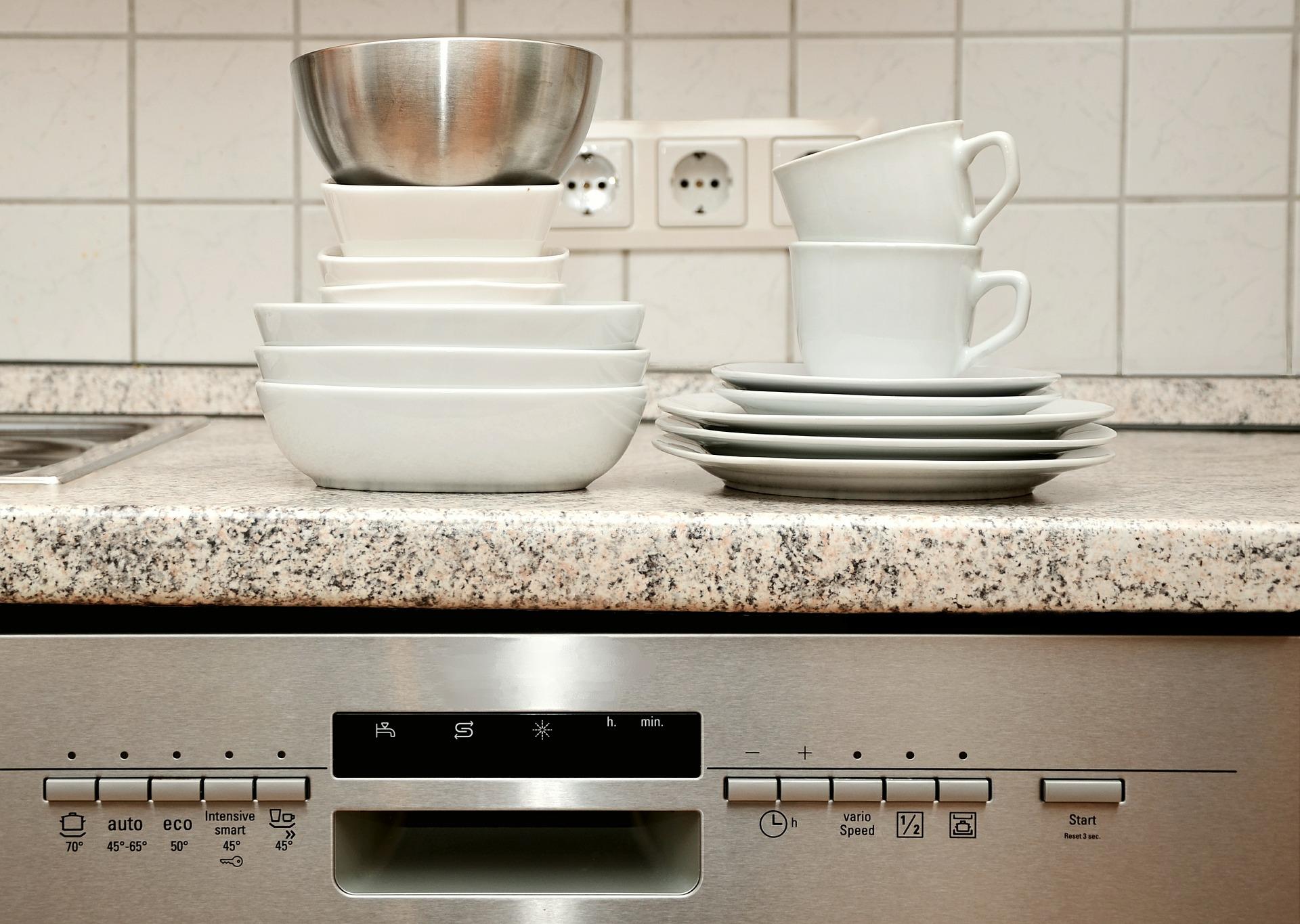 Jak čistit myčku nádobí, aby sloužila déle